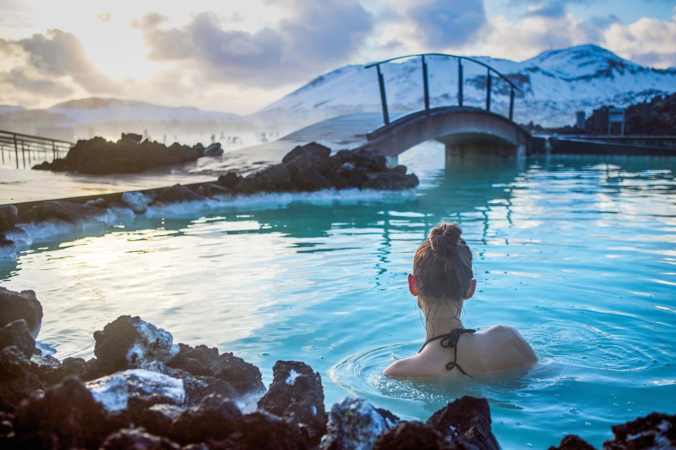 Image d'une femme dans l'eau de mer géothermale.
