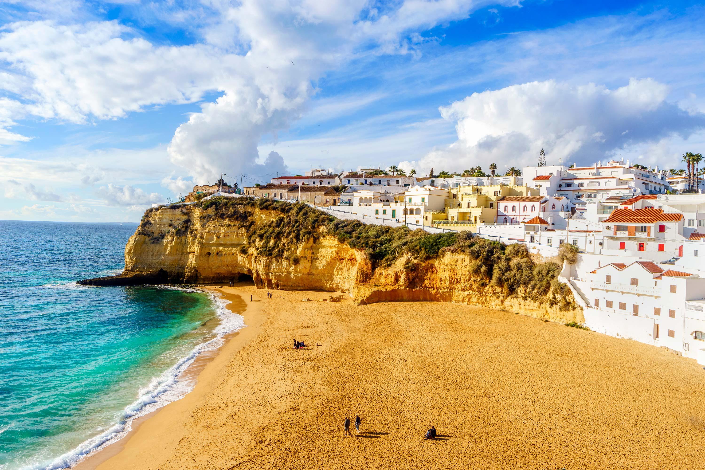 Promenez-vous le long des larges plages de sable fin de la charmante ville de Carvoeiro, dans la région de l'Algarve.