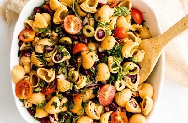 Salade estivale de pâtes aux pois chiches et aux haricots rouges avec vinaigrette à l'orange et au tahini Thumbnail
