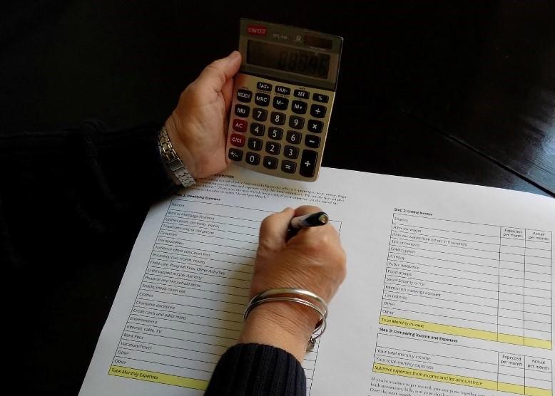 Cinq choses que toute femme doit savoir sur l'épargne et l'établissement d'un budget  Thumbnail