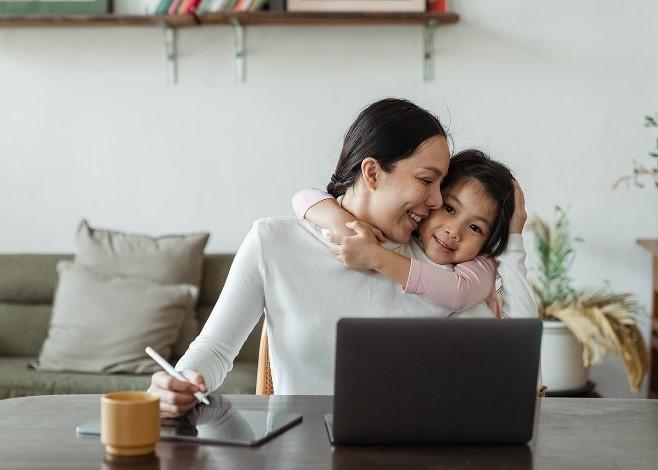 Vous êtes une femme, une mère et une professionnelle en affaires. Nos neuf conseils pour parvenir à un équilibre optimal entre le travail et la vie personnelle à l'ère de la COVID-19 Thumbnail
